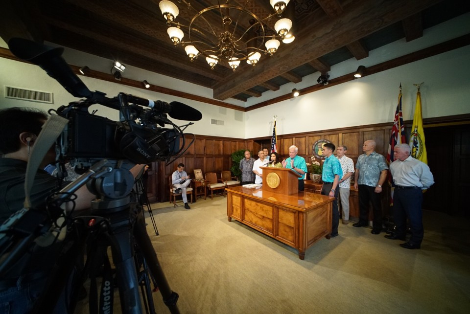 Caldwell Signs Honolulu Rail Tax Extension