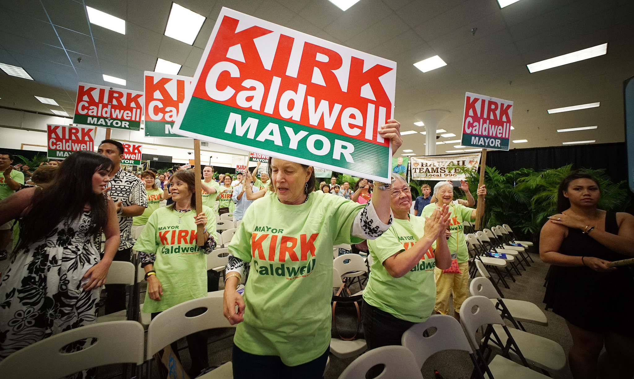 <p>Supporters of Honolulu Mayor Kirk Caldwell cheered a second round of results at the old Sports Authority on Ward Avenue. — Cory Lum/Civil Beat</p>