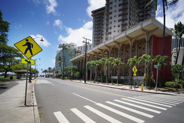 Queen Kapioiani hotel Waikiki Hawaii. The Queen Kapiolani Hotel charges a resort fee for access to the waikiki beach which is about 1 block makai along Kapahulu Street. 11 may 2017