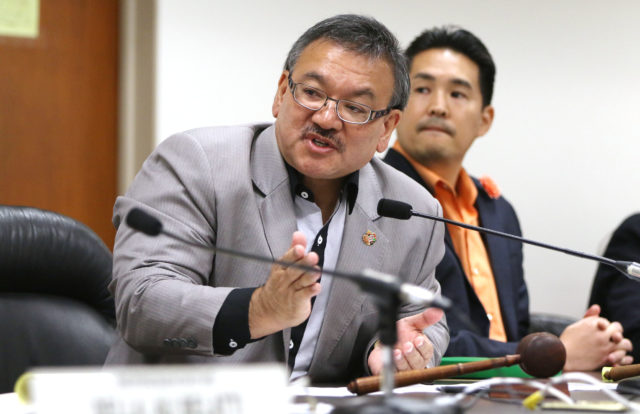 Chair Rep John Mizuno and Rep Scott Nishimoto during Death with Dignity measure voting.