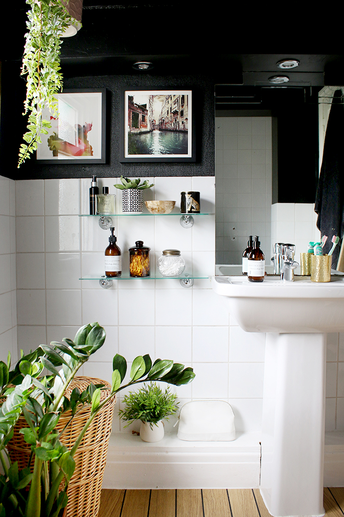 Tbh, We're Kind of Obsessed With These Striking Black-and-White Bathroom Ideas | Hunker