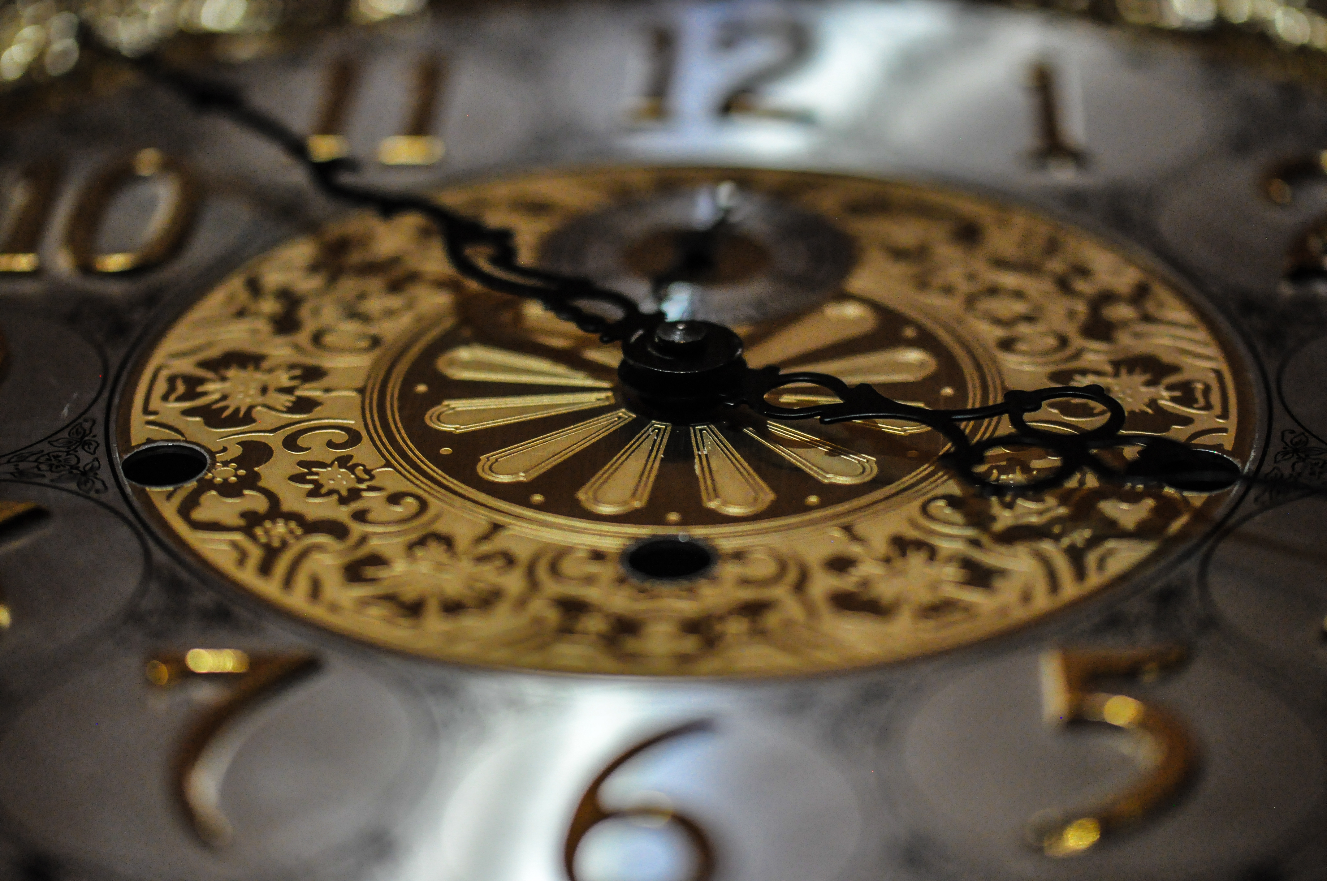 Difference Between a Grandfather & Grandmother Clock | Hunker