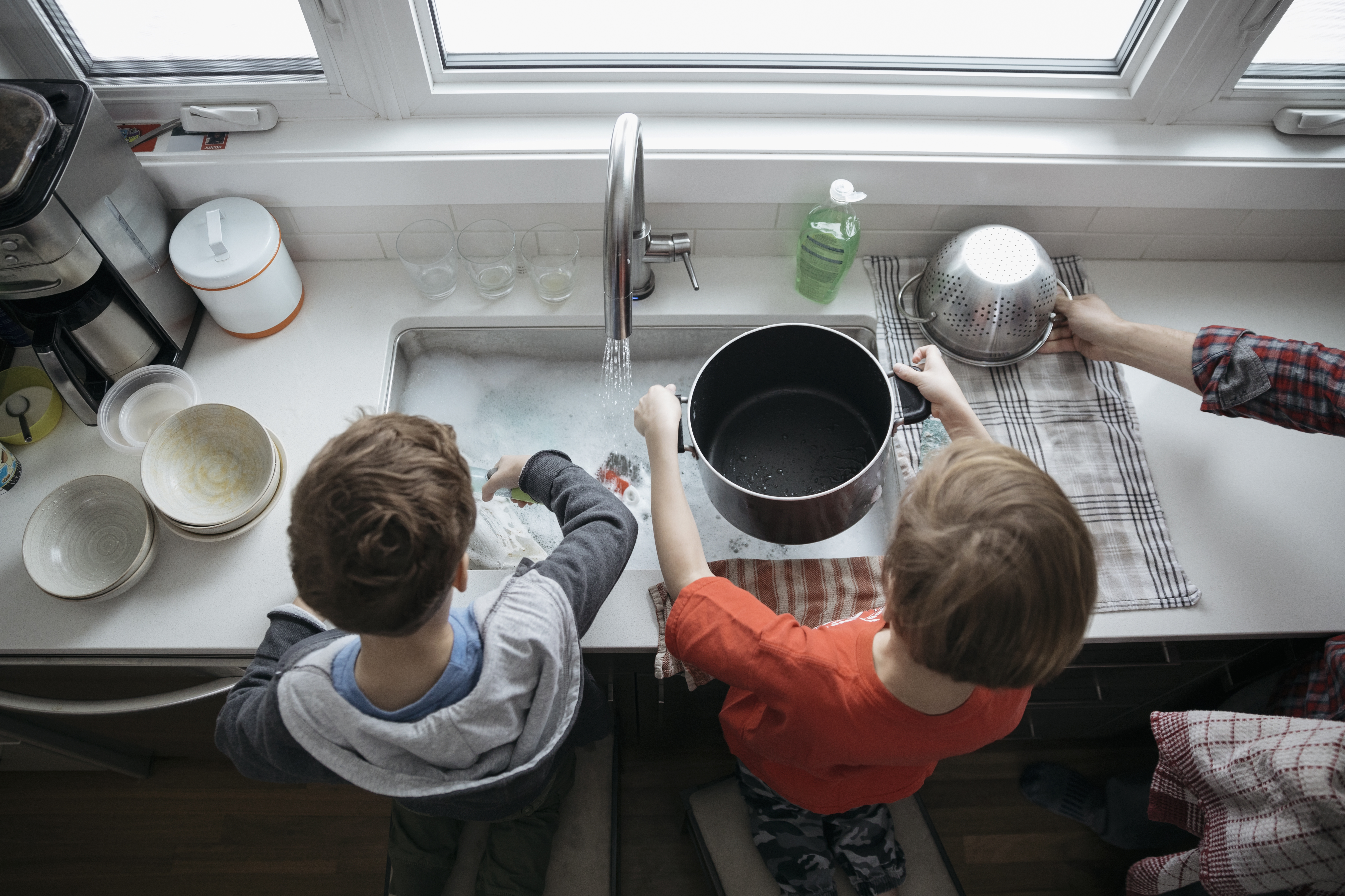 How to Wash Dishes With Baking Soda & Vinegar