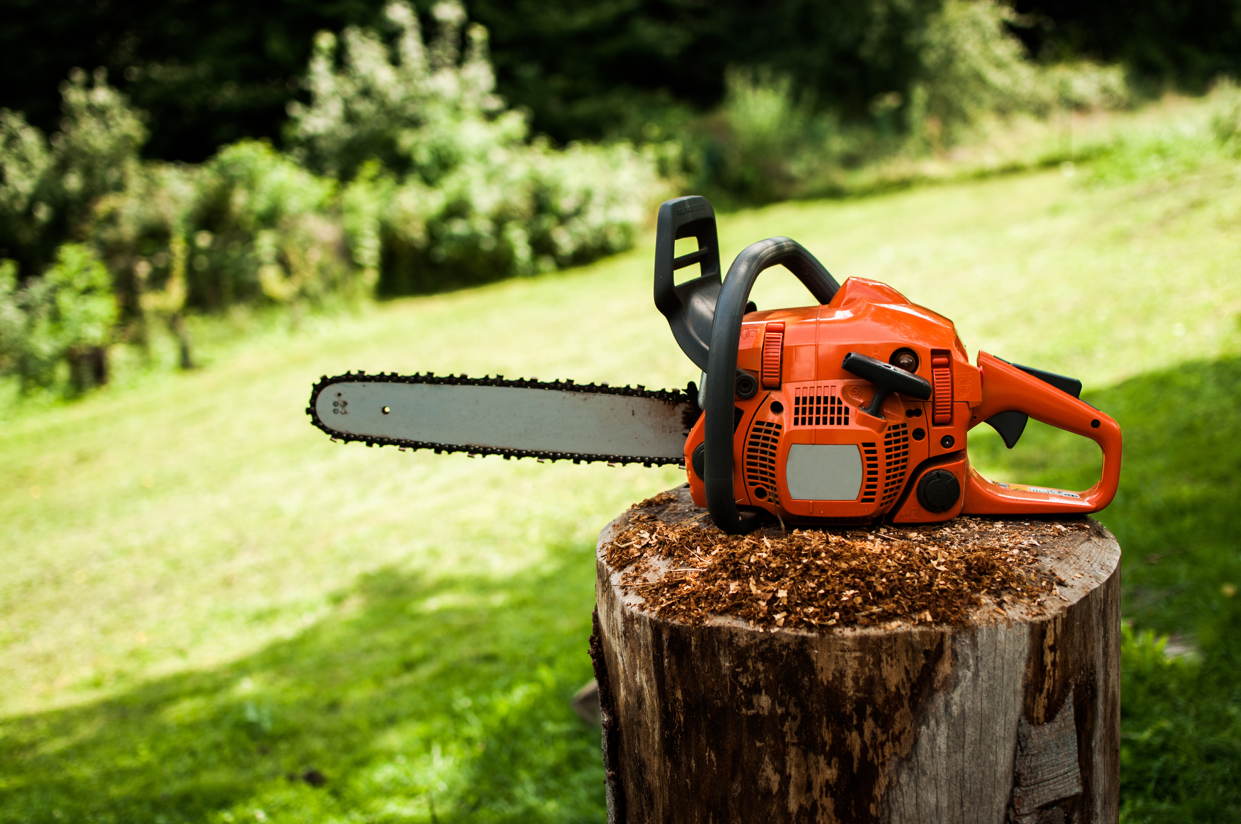 How to Adjust Oil Flow for a Husqvarna Chainsaw | Home