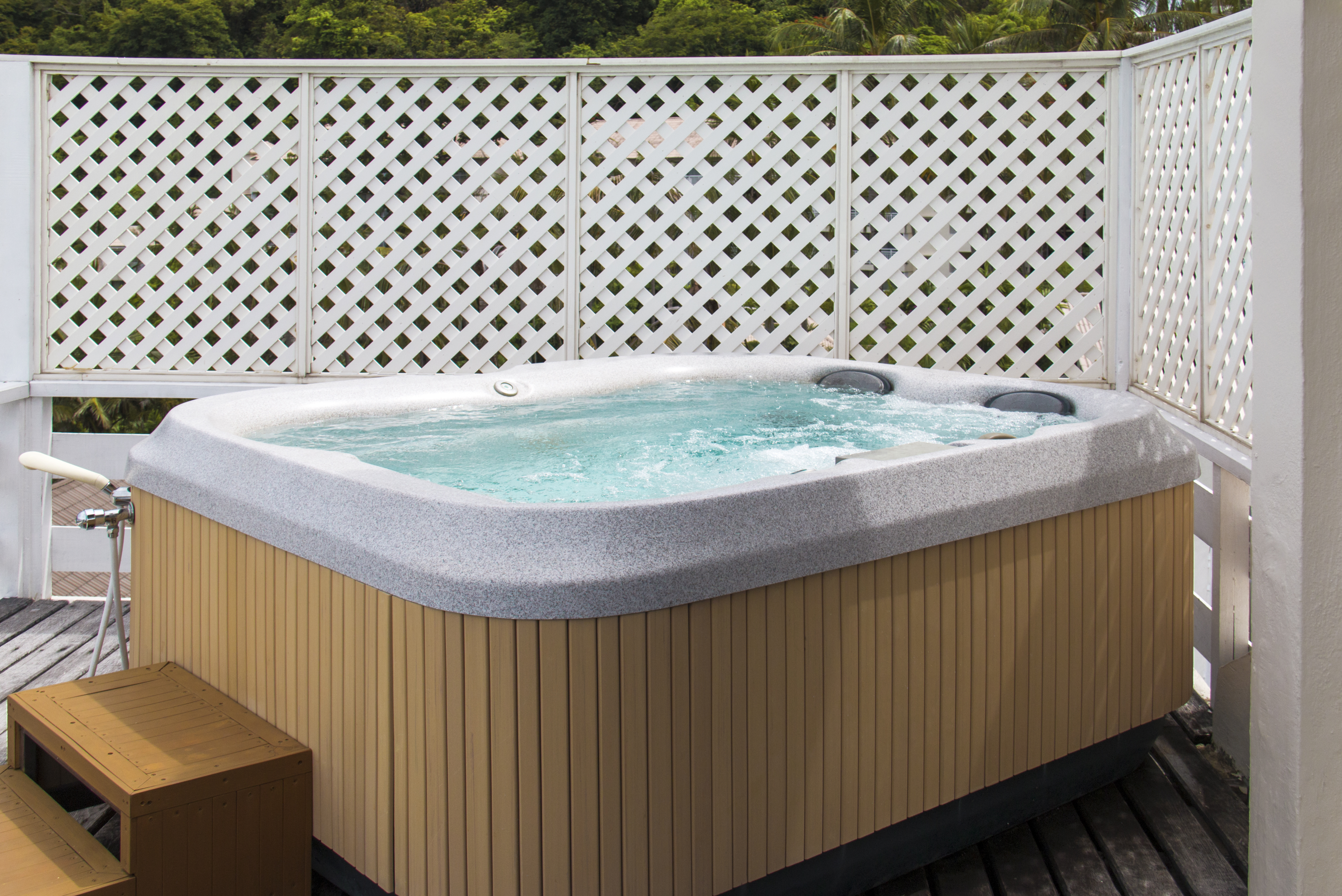 How to Raise the Alkalinity in a Hot Tub Without Chemicals