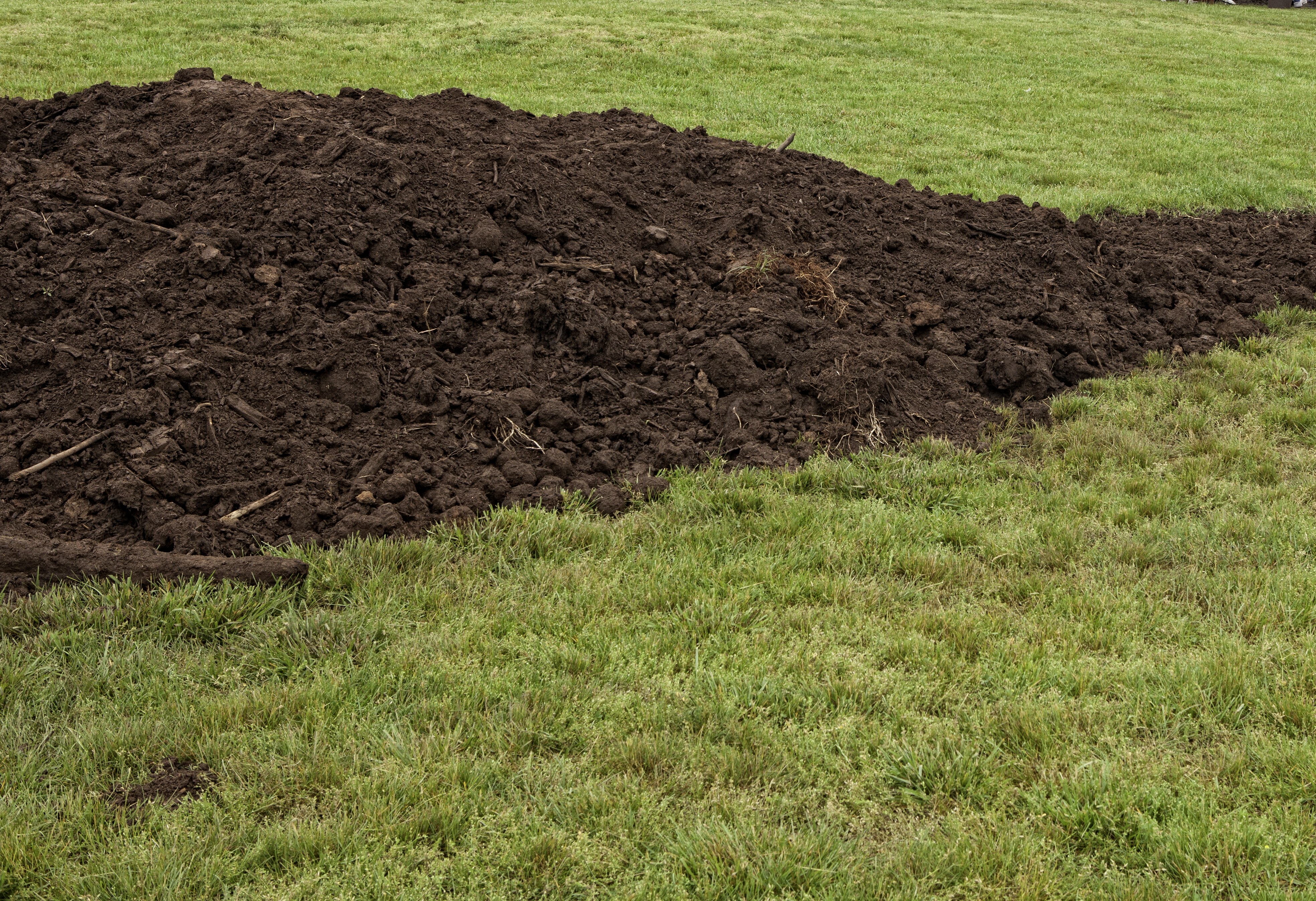 57170fd411 The Best Ways to Spread Topsoil | Home Guides | SF Gate
