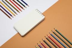 ألوان خشبية مع دفتر الملاحظات