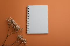 دفتر ملاحظات أبيض على خلفية