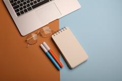 دفتر ملاحظات على المكتب مع جهاز لابتوب