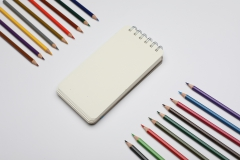دفتر ملاحظات مع ألوان خشبية