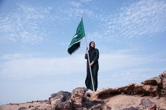 امراءة سعودية حاملة للعلم السعودي