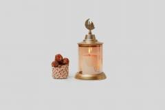 تمرات بجانب شمعة رمضان