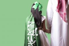 رجل مع ابنته بالعلم السعودي