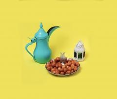 صحن لقيمات مع القهوة وفانوس رمضان