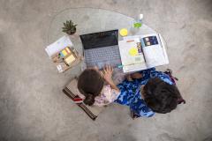 صورة علوية لطفلين أثناء الدراسة عن بعد