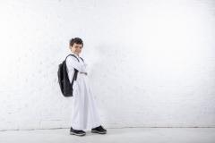 طالب مدرسي في الصفوف الأولية على خلفية بيضاء