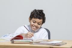 طالب مدرسي يقوم بحل الواجبات