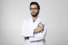 طبيب سعودي بنظرة جادة