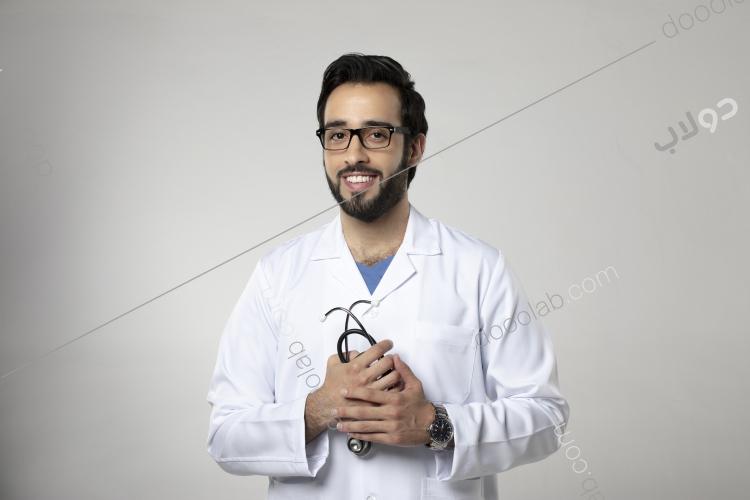 طبيب سعودي على خلفية رمادي