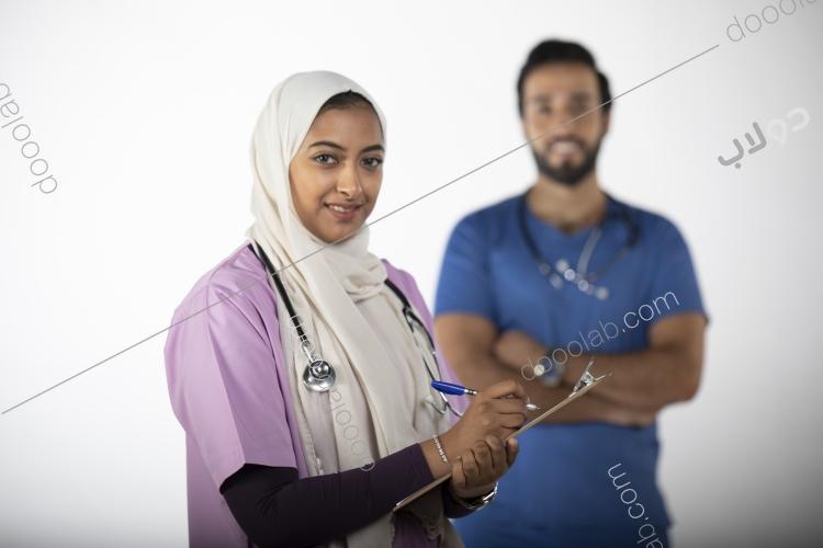 طبيبة وطبيب سعودي