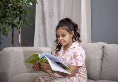طفلة تدرس من المنزل