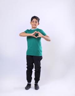 طفل برتدي ألوان العلم السعودي