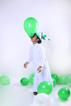 طفل سعيد باليوم الوطني