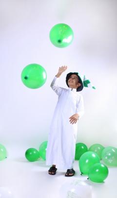 طفل يحتفل باليوم الوطني السعودي