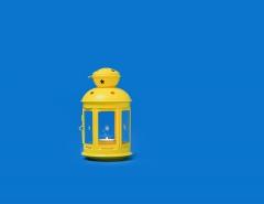 فانوس أصفر على خلفية زرقاء
