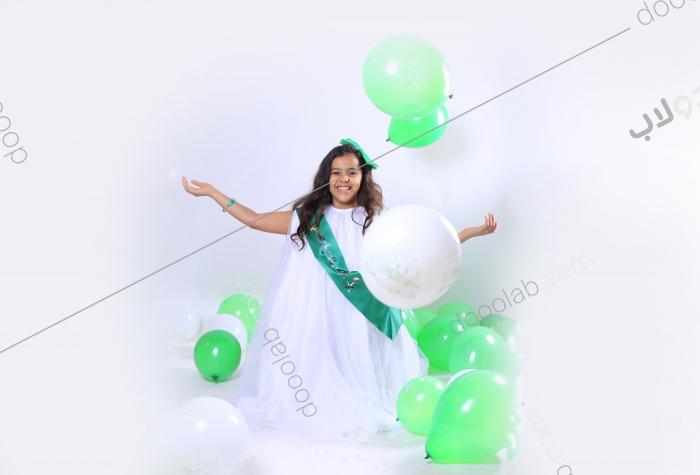 فرحة طفلة باليوم الوطني