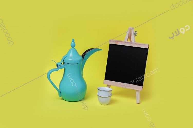 لوحة طباشيرية مع دلة القهوة