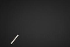 لوح طباشير أسود مع قلم الطبشور