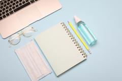 معقم اليدين وكمامة وأدوات مكتبية
