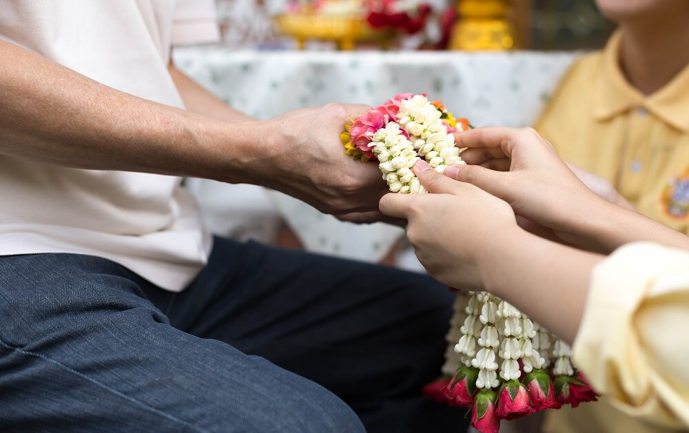 Daughter-give-jasmine-garland-to-father-in-fathers-day-for-Thailand-tradition