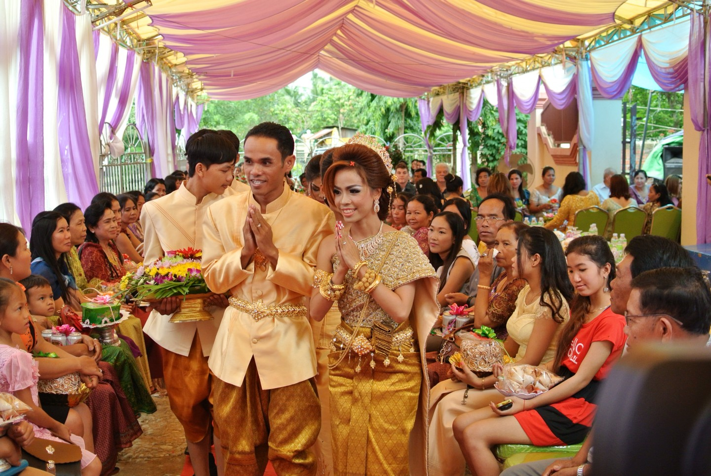 Bride and Groom demonstrating the Sampeah