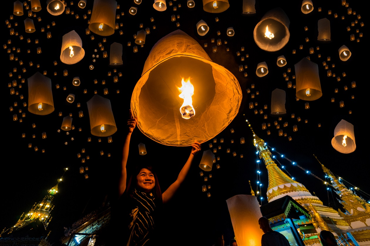 A girl is releasing her lantern to show her worship to Buddha at Wat Jongklang temple