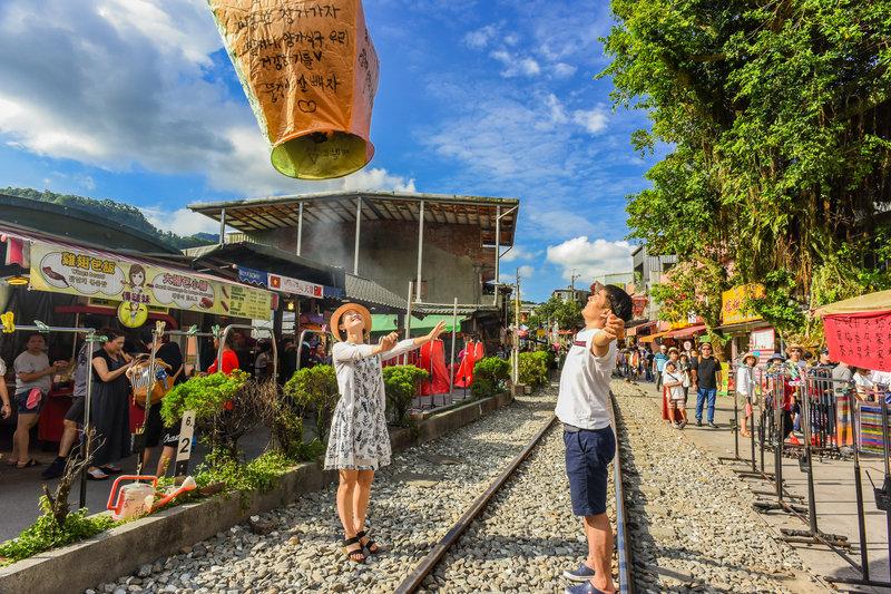 launching_sky_lantern_along_railway_pingxi_line_new_taipei_taiwan