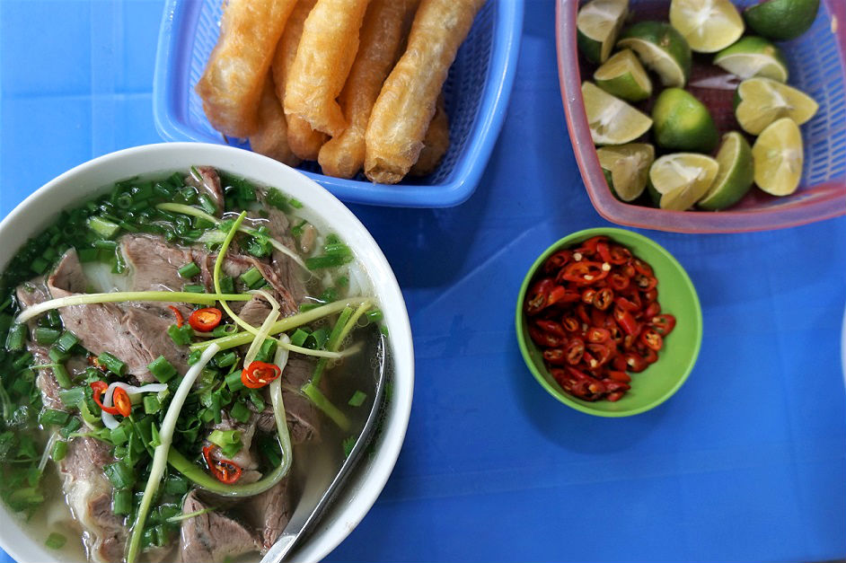 Local people often have Pho with Quay (Stick Doughnuts). You dip the doughnut into the hot broth and enjoy