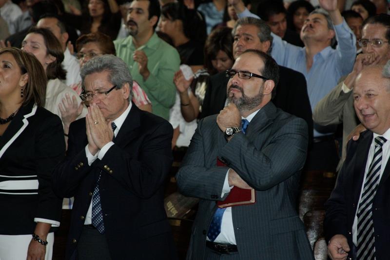 Carlos Ancondia Visitando La Iglesia