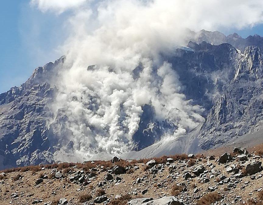 Gran desprendimiento en las cercanías del glaciar Mesón Alto