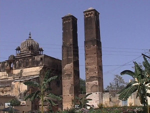 Orchha-sawan-bhado-pillars