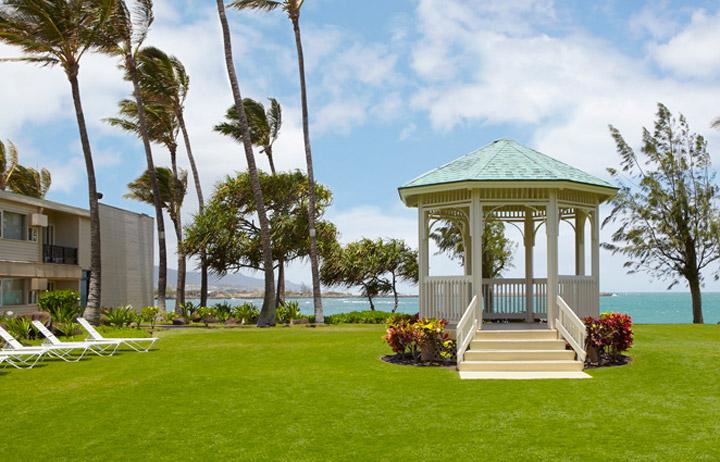 Maui_Beach_Hotel_Exterior_Courtyard