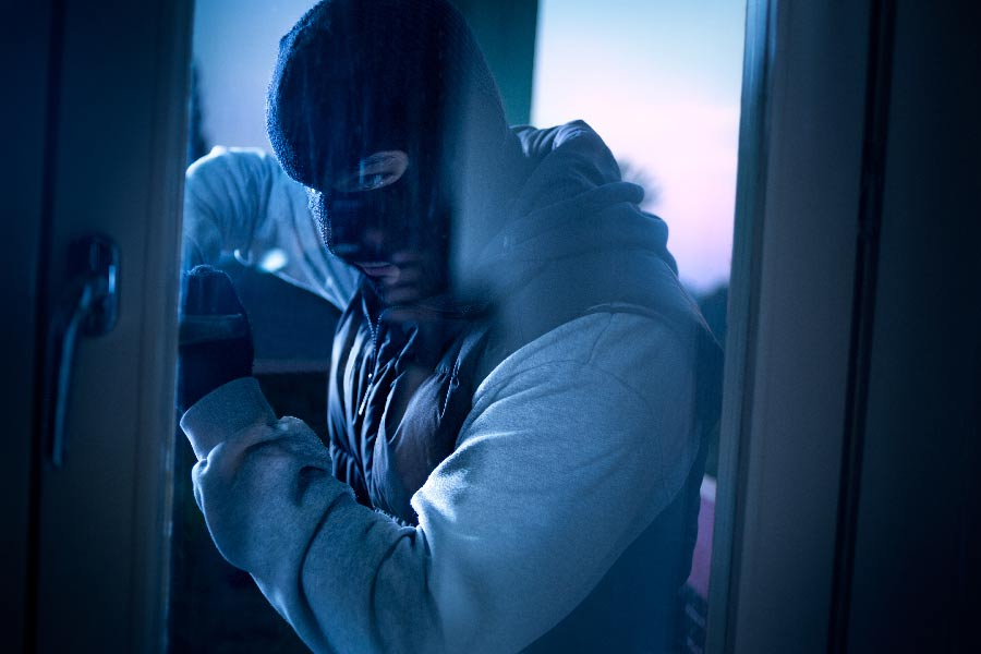 Burglar with a ski mask attempts to break into a home