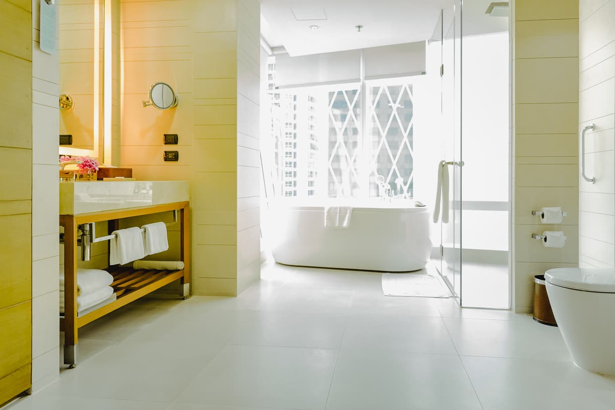 Bathroom Eastin Grand hotel Sathorn.