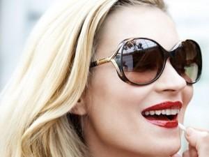Kate Moss - wraparound sunglasses