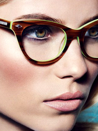 thumb_wearing-colored-eyeglasses