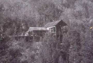 Golden Crown Mine buildings, 1896, at Union Gulch. Hoist is visible at upper roof. Destroyed by fire in 1904. <span>© Richard Nielsen </span>
