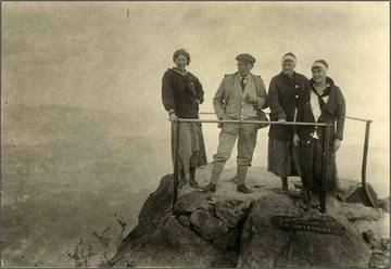 "Hikers from the ""Romany Club,"" Oakland, on Mt. Tam, 1914 <span>&copy; Anne T. Kent Room </span>"