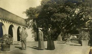 Dr. Henry O. Howitt, Alice Oge & Marie Beale at the Marin Golf & Country Club clubhouse in 1911. <span>&copy; Anne T. Kent Rm/Howitt </span>