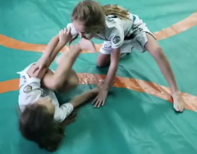 Pilar y julia luchando